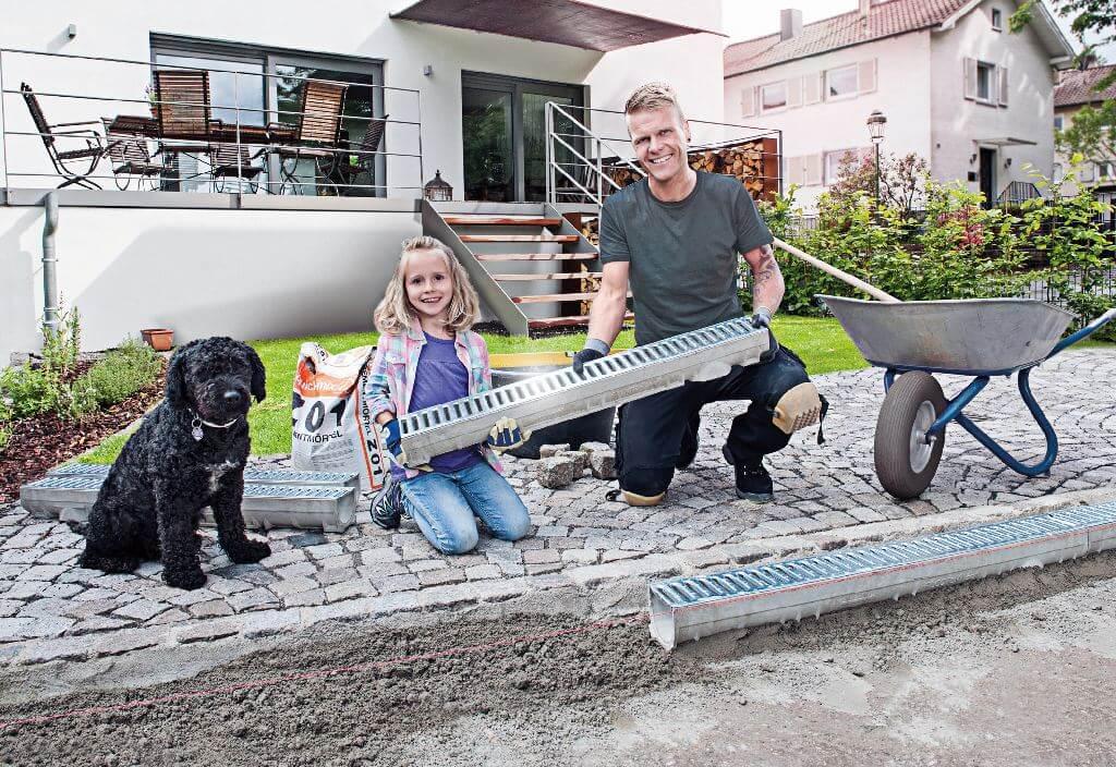 Vater und Tochter Bauen eine Terrasse