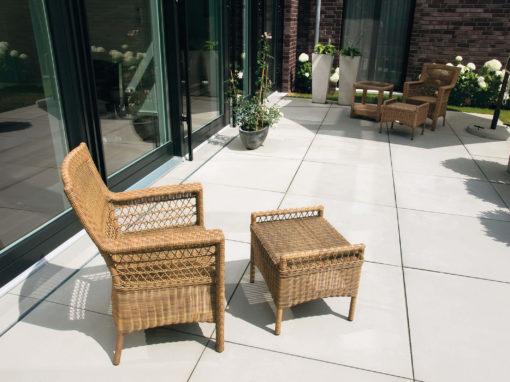 Terrasse mit großformatigen Betonplatten.