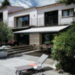 Eine Terrasse mit automatisierten Markisen.