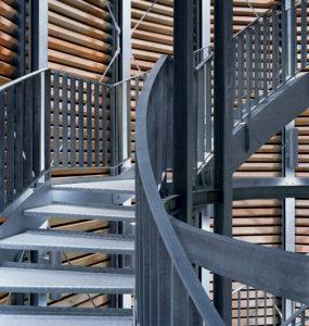 Moderne Treppe aus feuerverzinktem Stahl (nachhaltig Gärtnern).